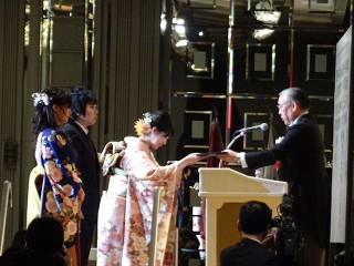 大阪医療技術学園、大阪医療福祉、大阪医療看護の3専門総代に大阪滋慶学園の学校長でもある橋本常務理事から卒業証書が授与されました