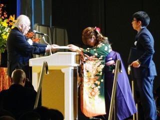 卒業生総代の市來さんと尾崎さんに近藤学校長から卒業証書が授与されました