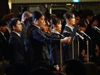 大阪滋慶学園の入学式。各校の新入生代表5人があこがれの医療職に向って力強く宣誓を行いました